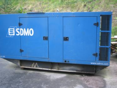 SDMO 200 kVA, 5000 hours with John Deere engine.
